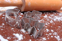 Cortadores y rodillo de la galleta en la pasta para las galletas y el pan de jengibre Foto de archivo libre de regalías
