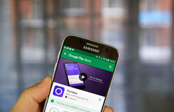Cortana app στο αρρενωπό τηλέφωνο κυττάρων Στοκ εικόνα με δικαίωμα ελεύθερης χρήσης