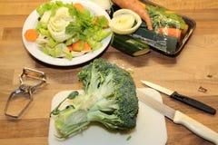 Cortando acima brócolis e o vegetal cru Fotos de Stock