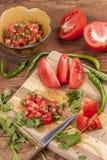 Cortando acima ingredientes para fazer a salsa Foto de Stock Royalty Free