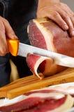 Cortando a carne de carne de porco preparada tradicional Fotografia de Stock