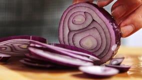 Cortando cebolas para cozinhar os espaguetes Bolonhês na cozinha video estoque