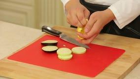 Cortando ingredientes de alimento filme