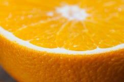 Cortando a laranja Fotos de Stock Royalty Free