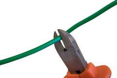 Cortando los alambres verdes por las pinzas, cosechando el cable Foto de archivo libre de regalías