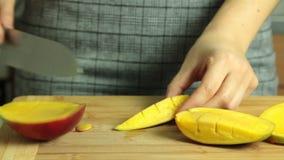 Cortando a manga para a receita do bolo do crepe vídeos de arquivo
