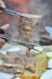 Cortando o assado coreano da carne para servir Imagem de Stock Royalty Free