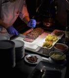 Cortando o bife grelhado saboroso Imagem de Stock