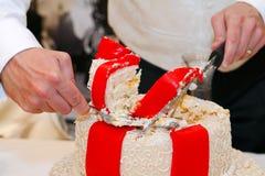 Cortando o bolo de casamento Fotografia de Stock Royalty Free