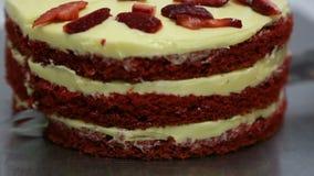 Cortando o bolo vermelho filme