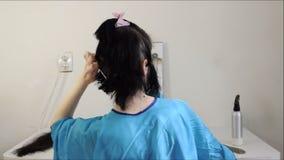 Cortando o cabelo longo fora video estoque