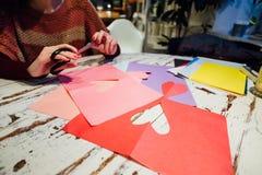 Cortando o coração de papel Imagem de Stock