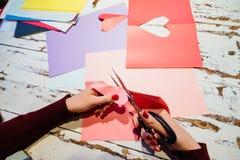 Cortando o coração de papel Fotografia de Stock