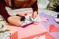 Cortando o coração de papel Foto de Stock Royalty Free