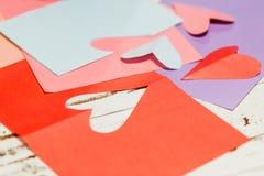 Cortando o coração de papel Imagem de Stock Royalty Free