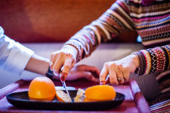 Cortando o fruto alaranjado Imagem de Stock Royalty Free