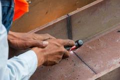 Cortando o grande aço com cortadores do plasma Fotos de Stock