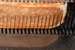 Cortando o pão Fotos de Stock Royalty Free
