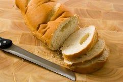 Cortando o pão Imagens de Stock