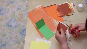 Cortando o papel colorido vídeos de arquivo