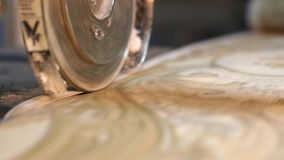 Cortando o papel de parede em uma f?brica, o processo de produ??o tecnologico de papel de parede filme