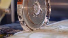 Cortando o papel de parede em uma f?brica, o processo de produ??o tecnologico de papel de parede vídeos de arquivo