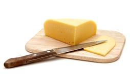 Cortando o queijo Imagem de Stock Royalty Free