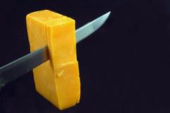 Cortando o queijo Fotos de Stock Royalty Free