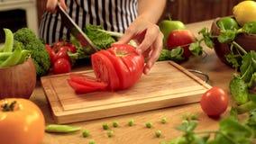 Cortando o tomate vermelho vídeos de arquivo