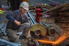 Cortando os trabalhadores de aço