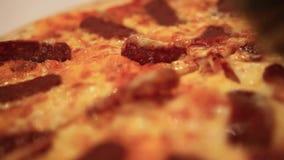 Cortando a pizza italiana com cogumelos, salame e vídeos de arquivo