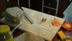 Cortando sanduíches recentemente preparados na pizaria do Mac vídeos de arquivo