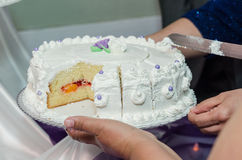 Cortando um bolo Fotografia de Stock