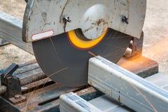 Cortando um metal e um aço quadrados com mitra composta fotos de stock