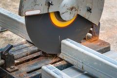 Cortando um metal e um aço quadrados com mitra composta viu fotografia de stock