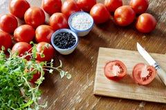 Cortando um tomate Fotografia de Stock Royalty Free