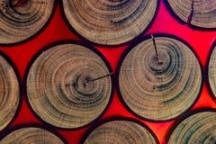 Cortando um tronco de árvore na resina de cola Epoxy fotos de stock royalty free