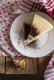Cortando uma parte de bolo de queijo, foto do alimento Fotografia de Stock Royalty Free