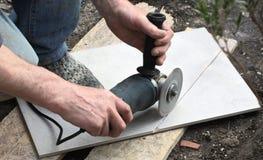 Cortando uma telha de assoalho 2 fotografia de stock