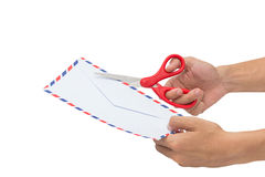Cortando una letra, abriendo un sobre con las tijeras aisladas Fotos de archivo libres de regalías