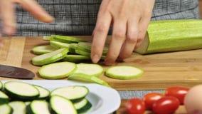 Cortando vegetais para um guacamole com receita dos vegies vídeos de arquivo