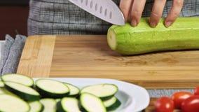 Cortando vegetais para um guacamole com receita dos vegies video estoque