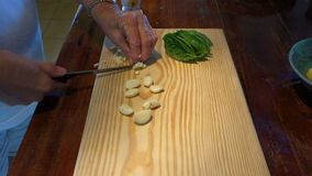 Cortar el ajo en una tabla de cortar almacen de video