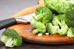 Cortar el bróculi verde fresco para cocinar Acción para arriba en la comida del invierno Foto de archivo