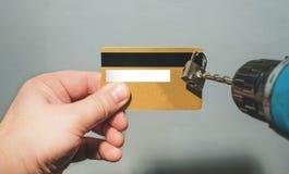Cortar el candado de los taladros del fraude de la tarjeta de crédito fotos de archivo libres de regalías