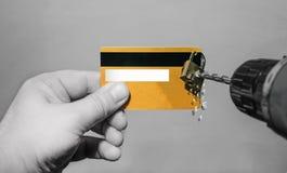 Cortar el candado de los taladros del fraude de la tarjeta de crédito fotos de archivo