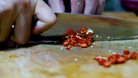 Cortar el chile rojo que prepara el ingrediente almacen de metraje de vídeo