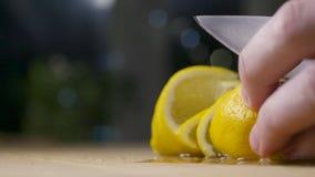 Cortar el limón de rociadura fresco almacen de metraje de vídeo