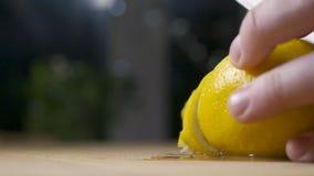 Cortar el limón de rociadura fresco almacen de video