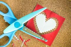 Cortar el papel en forma de corazón Fotos de archivo